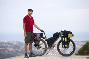 Le cycliste Andy Cox et son Genesis Fortitude sur les hauteurs de l'arrière-pays Niçois