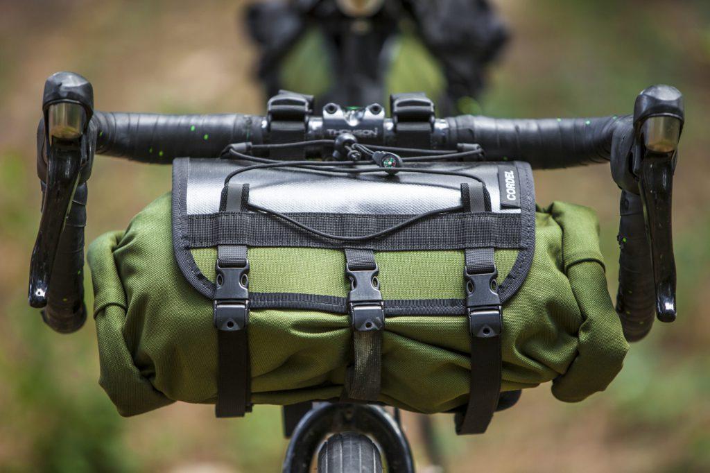 Harnais et sac étanche de bikepacking Cordel, détails réflechissants