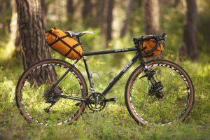Sacoches de bikepacking HPA sur un vélo gravel genesis Croix de Fer