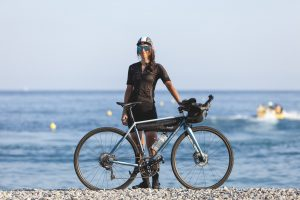 Fanny Bensussan et son vélo sur la plage après la Three Peaks Bike Race